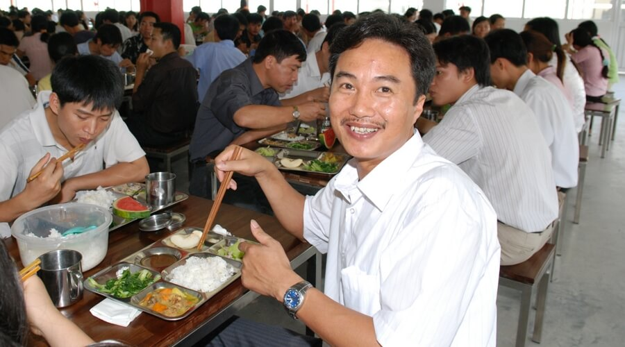People-eating-lunch-smiling  | Fábrica propia en Vietnam: